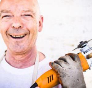 Handwerker mit Handschleifgerät