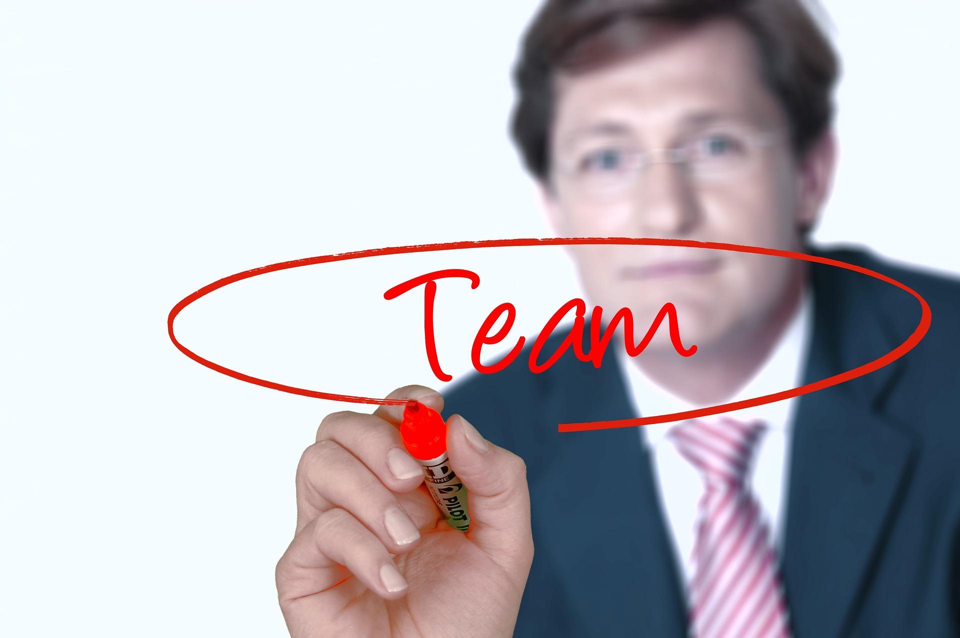 Unternehmer fördert Teamarbeit