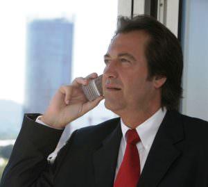 Chef telefoniert mit Handy